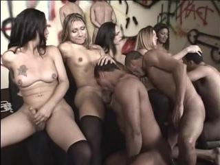 Оргия трансов в чулках порно