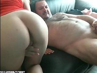 Двое парней трахают транса с маленьким пенисом