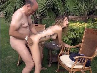Порновидео мужик с большим животом ебет трансвестита