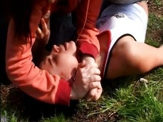 Два извращенца трогают девушку в транспорте видео
